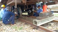 越南给火车换车轮只用几块木头垫着,看完真怕火车掉下来砸到人!