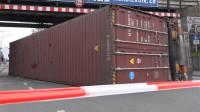 货车司机不看限高集装箱撞桥上被怼出去,整条街能堵几个小时!