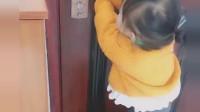 哥哥在外面被罚站,没想到小萝莉做出这个举动,画面好温馨!