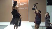 韩国国际时装周泳装秀,摄像师将观众和模特衔接得天衣无缝!