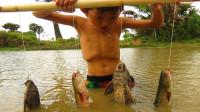 农村男孩野外钓鱼,一根木棒吊4个钩,看看他是怎么个钓法?