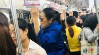 60岁倪萍在长沙挤地铁 却没人让座