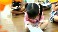 小萝莉参加早读打瞌睡,头都快掉进课本里了