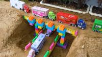 儿童玩具故事,彩色卡车搭建积木双层桥
