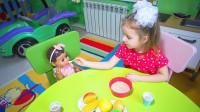 萌娃小可爱把玩具宝宝照顾的真是无微不至呢!—萌娃:小家伙起床洗脸、刷牙,吃早餐啦!