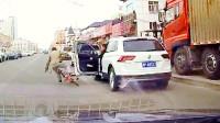 开门撞倒骑车人,谁的过错,中国交通事故合集2019