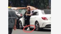 突发,广州女司机驾车失控撞向过马路行人!现场一片狼藉