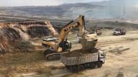 近距离实拍卡特110吨级的挖掘机装车,大型挖掘机装车就是快