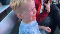"""3岁男孩被虎鲸""""泼""""一身水嚎啕大哭 亲妈笑到停不下来"""