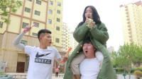 自助冰袋身高2米以上免费吃,美女为了不花钱,想出叠罗汉的好办法