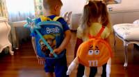萌娃小可爱书包里的文具被熊孩子用魔法棒变成了橙子,真是个调皮的小家伙!