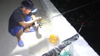 老四偷摸着去港口钓鱼,抓到好货匆匆拿回家,想给老婆一个惊喜