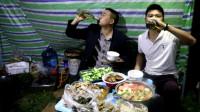 29岁生日,去深山露营,和鱼哥做一桌菜,2人围着桌子喝的过瘾