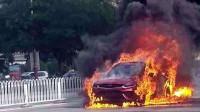 """吉利星越这回真""""火""""了!被烈火吞噬,烧的只剩车架,原因还没找到!"""