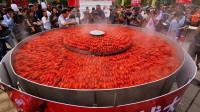 壮观!湖北监利3米大锅一次蒸万只小龙虾 打破吉尼斯世界纪录