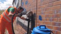 """老外发明墙用""""吸尘器"""",专治城市牛皮癣,环保还不伤墙体"""