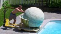 将400斤沐浴球放进泳池会发生什么?老外推进去后,画面太美