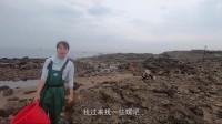 渔民妹子赶海用抽水机抽干深坑,捡一些海螺还抓到一条石头鳗鱼