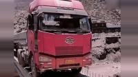 这才是真正的老司机,开到没建完的桥上卸货,轮胎紧贴两侧边沿!
