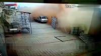 轿车失控冲向路边,监控记录下可怕一幕