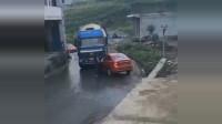 轿车堵了大货车的路,霸气女司机上车就是一脚油门,下一秒悲剧了