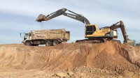 给力,这台挖掘机的装车动作真流畅,配合很到位