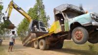 高手在民间,挖掘机这样上拖车,就不怕托板溜车吗?