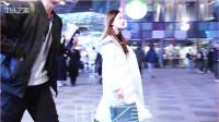 摄影:三里屯街拍,有这么漂亮的女朋友,戴眼镜的男友笑得很开心