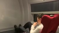 高铁上乘务员吸电子烟 官方:罚款1000元并调离岗位