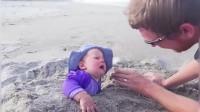 国外萌宝搞笑,宝宝玩沙子睡着了,旁边的妈妈看到笑坏了!