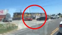 突发!美国一辆警车通过铁轨时遭火车撞飞 致1人受伤