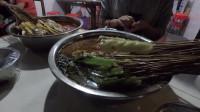 到达成都品尝成都名小吃钵钵鸡,1毛钱1串 ,深得当地人的喜爱
