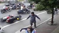 女司机赶时间不断对男子加塞别车,丝毫不管他人车内的小孩,3秒后惨遭拳打脚踢!
