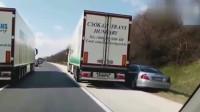 货车司机被惹恼,俩司机打配合,把奔驰司机弄得脾气全无