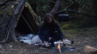 小伙徒步丛林,搭建庇护所生堆篝火烤肉吃,过着常人羡慕的生活!