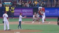 韩国棒球比赛EXID组合,小姐姐开球,这是一个连捕手都接不到的球