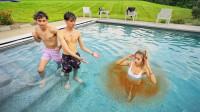双胞胎兄弟和女友在游泳,女友身边却变了颜色!网友:这下尴尬了