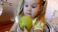 萌娃小可爱打开书包后发现里面的文具全都变成了水果,小家伙的表情真是萌萌哒!