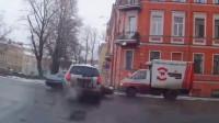 花式作死:司机路口飙车,下一秒肠子都悔青了