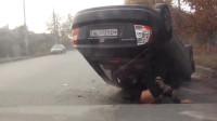 花式作死系列:司机开车追尾却把自己的车开翻了