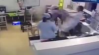 温州一公职人员砸电脑还欧打医生 警方:家属称其精神分裂