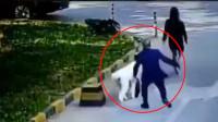 警方公布最新型碰瓷视频 专盯不栓绳的狗狗扑过去假装被咬伤