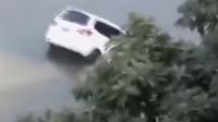 小车忘拉手刹溜进河里 驾驶员看热闹后才发现车是自己的