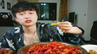 帅哥吃麻辣小龙虾,真的好辣,味道好,都流汗了。