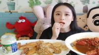 小姐姐吃龙虾,十三香味道又香又好吃。