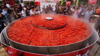 3米大锅清蒸上万只小龙虾 破世界纪录
