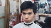 年轻男子发量太多很苦恼,理发师推完变型男