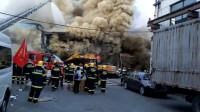 上海一公司仓库突然起火 现场大量浓烟升腾而起
