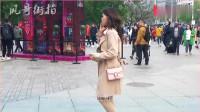 三里屯街拍:T恤短裙高跟鞋,穿风衣的美女在春风里显得格外养眼