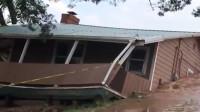 龙卷风和连日暴雨引发洪灾 整栋房屋被河流卷走